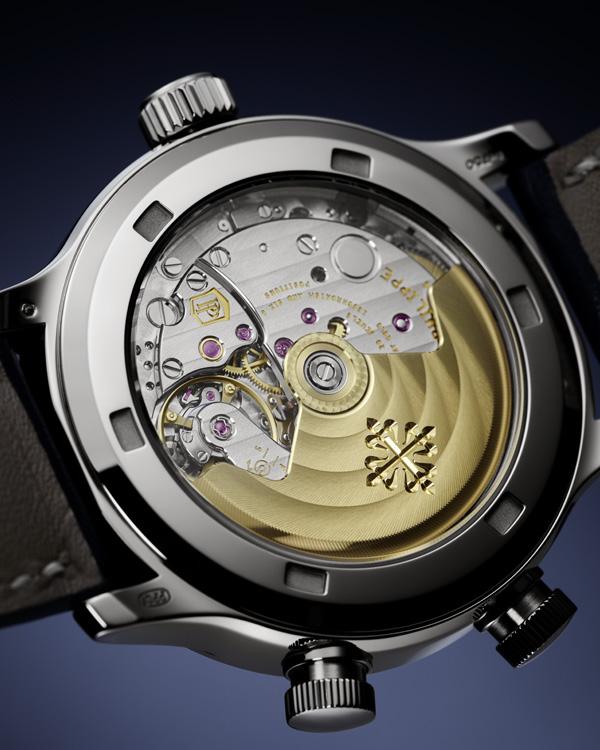 錶款搭載324 S C FUS手動上鍊機芯,動力儲存最少35小時,最多可達45小時,21K金自動盤與日內瓦波紋打磨皆十分精緻。