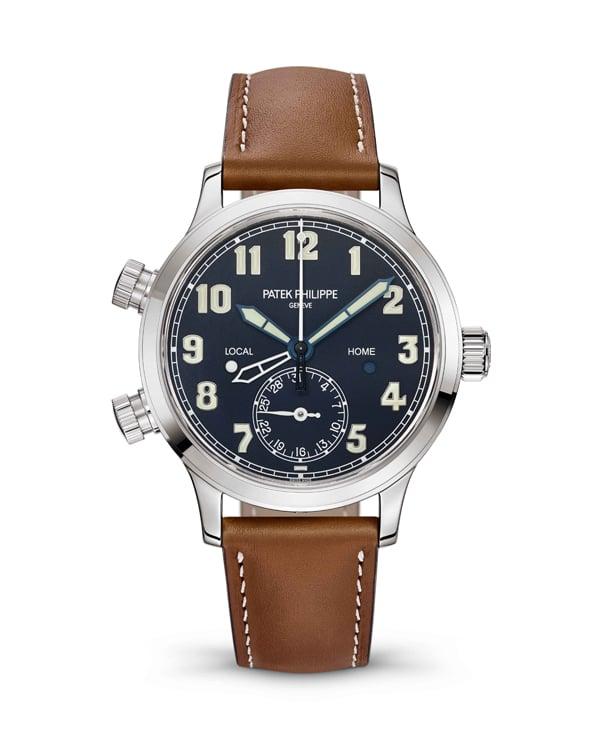 腕錶另附復古咖啡色小牛皮錶帶,鮮明縫線,仿如經典飛行員裝束,方便日常搭配。