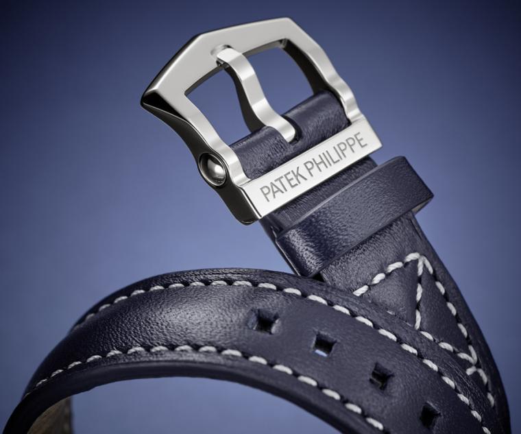 7234G-001新款腕錶搭配亮麗深藍色小牛皮錶帶,以白金馬蹄形針扣固定。