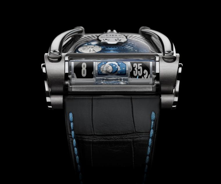 跳時與月相看似與錶鏡平行,實則是透過稜鏡折射投射於錶鏡上,是非常獨特的設計。