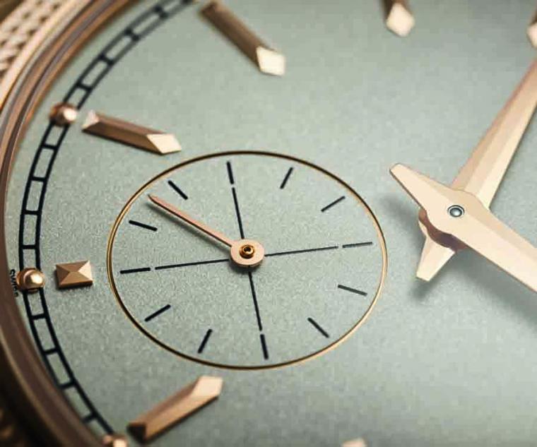 6點鐘位置的小秒針盤,上頭有著由18K 5N玫瑰金製成的Cheveu風格小秒針。